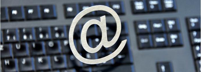 E-Mail-Signatur-Marketing: Tastatur im Hintergrund, @ im Vordergrund