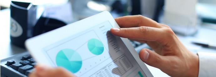 Gutachten-Manager: Tablet und Hände