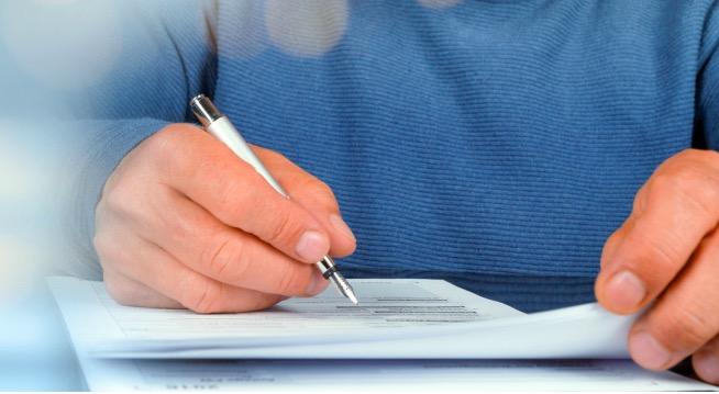 Sachverständigengutachten: Mann schreibt